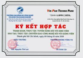 """Trường Cao đẳng BC Công Nghệ và Quản Trị Doanh Nghiệp đã kí kết hợp tác """"THAM QUAN, THỰC TẬP, TUYỂN DỤNG ĐỐI VỚI SINH VIÊN - ĐÀO TẠO, THỰC TẬP, CHUYỂN GIAO CÔNG NGHỆ ĐỐI VỚI GIẢNG VIÊN"""" với Khu Kỹ Nghệ Việt - Nhật (Vie - Pan Techno Park)"""