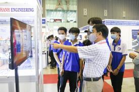 """Sinh viên Khoa Công nghệ tham quan triễn lãm """"Quốc tế máy móc - thiết bị công nghiệp Việt Nam""""."""