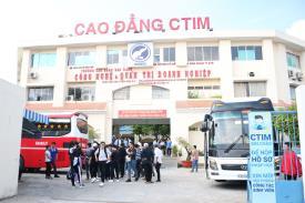 Học sinh và quý thầy cô THCS - THPT Long Bình tham quan trường Cao đẳng CTIM